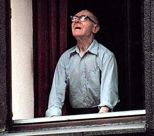 Portrait eines am Fenster in Richtung Himmel sehenden alten Mannes