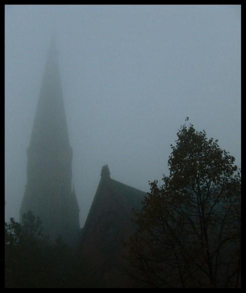 Friedenskirche im Nebel