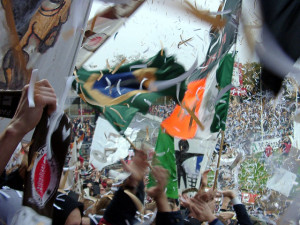 Im Fußballstadion zwischen vielen Flaggen und Konfetti