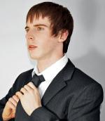 Mann, der sich eine Krawatte bindet